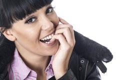 Femme avec plaisir heureuse mordant ses ongles avec l'excitation photographie stock libre de droits