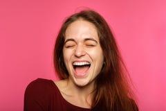 Femme avec plaisir joyeuse enthousiasmée heureuse de visage d'émotion photos stock