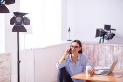 Femme avec plaisir parlant sur le téléphone portable Images libres de droits