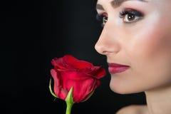 Femme avec Rose rouge Beauté avec la fleur Beauté sensuelle Offre comme fleur Traitement de soins de la peau et de station therma Photo libre de droits