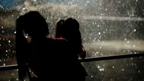 Femme avec sa fille se tenant près de la cascade Ils sont fatigués mais heureux de passer le temps ensemble en nature clips vidéos