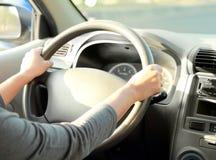 Femme avec sa main sur la direction de roue photo libre de droits