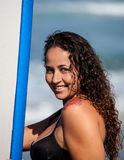 Femme avec sa planche de surf Images stock