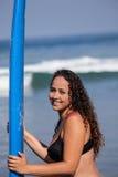 Femme avec sa planche de surf Photos stock