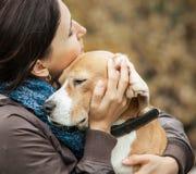 Femme avec ses étreintes d'offre de chien photo stock