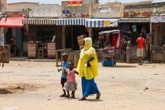 Femme avec ses enfants à Dakar, Sénégal Image libre de droits