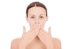 Femme avec ses mains au-dessus de sa bouche Photo stock