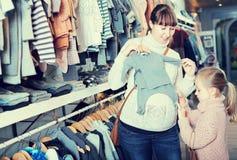 Femme avec son achat de fille les glisseurs aux filles Photo libre de droits