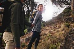 Femme avec son ami sur la promenade de pays Photos libres de droits