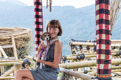 Femme avec son beau chien de briquet en nature d'île tropicale de Bali, Indonésie Déplacement avec le concept de chien Photo stock