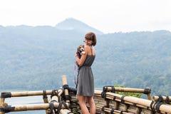 Femme avec son beau chien de briquet en nature d'île tropicale de Bali, Indonésie Déplacement avec le concept de chien Images stock