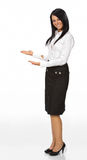 Femme avec son bras à l'extérieur dans un geste de accueil Photo stock