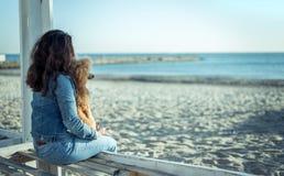 Femme avec son chien à la plage arénacée de mer Images stock
