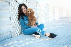 Femme avec son chien à la terrasse en bois Images libres de droits
