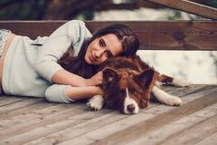 Femme avec son chien de border collie Photos libres de droits