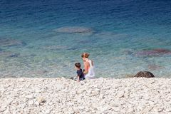 Femme avec son fils sur la plage, baie géorgienne, Photo stock