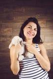 Femme avec Teddy Rabbit Photographie stock libre de droits