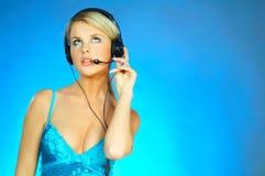 Femme avec un écouteur photo stock