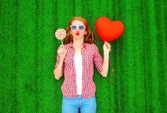 femme avec un ballon à air rouge sous forme de coeur, sucrerie de lucette Photo libre de droits