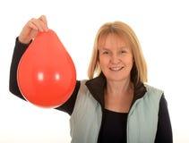 Femme avec un ballon rouge Image libre de droits