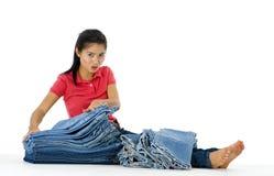 Femme avec un bon nombre de jeans Photo stock