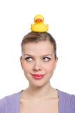 Femme avec un canard en caoutchouc jaune sur sa tête Photographie stock libre de droits