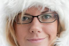 Femme avec un capuchon chaud de fourrure pour l'hiver photos libres de droits