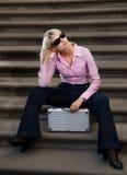 Femme avec un cas argenté Images stock