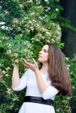 Femme avec un chèvrefeuille de fleur image stock