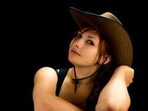 Femme avec un chapeau de cow-girl sur sa tête Images stock