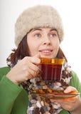 Femme avec un chapeau de fourrure retenant la cuvette en verre Photos stock