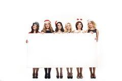 Femme avec un chapeau de Noël blanc de connexion Photo libre de droits
