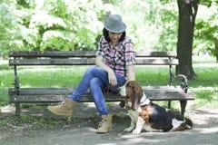 Femme avec un chapeau en parc appréciant avec son cher chien Photo stock