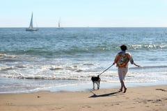 Femme avec un chien Photographie stock