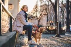 Femme avec un chien Images stock