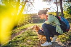 Femme avec un chien Photos libres de droits