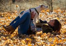 Femme avec un chien en vacances Photographie stock