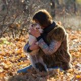 Femme avec un chien en vacances Photos libres de droits