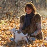 Femme avec un chien en vacances Photos stock