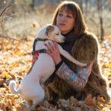 Femme avec un chien en vacances Photo libre de droits