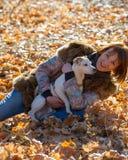 Femme avec un chien en vacances Image stock