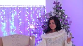 Femme avec un cierge magique et champagne près d'arbre clips vidéos