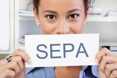 Femme avec un connexion ses mains - SEPA Images stock