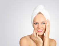 Femme avec un essuie-main sur le cheveu image stock
