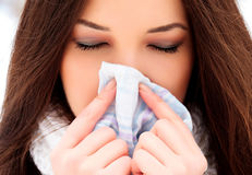 Femme avec un froid tenant un tissu Photos stock