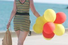 Femme avec un groupe de ballons Images libres de droits