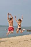 Femme avec un jeune homme sur la plage Image stock