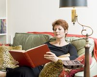 Femme avec un livre Images stock