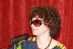 Femme avec un microphone Photo stock