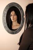 Femme avec un miroir image stock